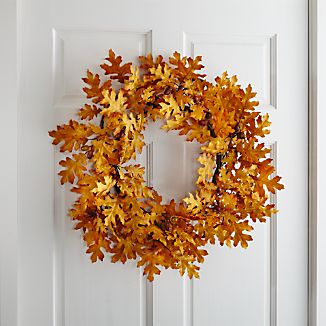 Dress up the door or bring the golden yellow of fall's changing leaves indoors with our lifelike wreath, replicating oak's intricate leaf shapes and charming acorns.