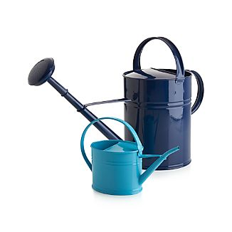 Classic, iron watering can features a long spout and a generously sized handle for optimal pouring control.Galvanized iroIndoor or outdoor useBring inside during harsh winter conditionsMade in Turkey
